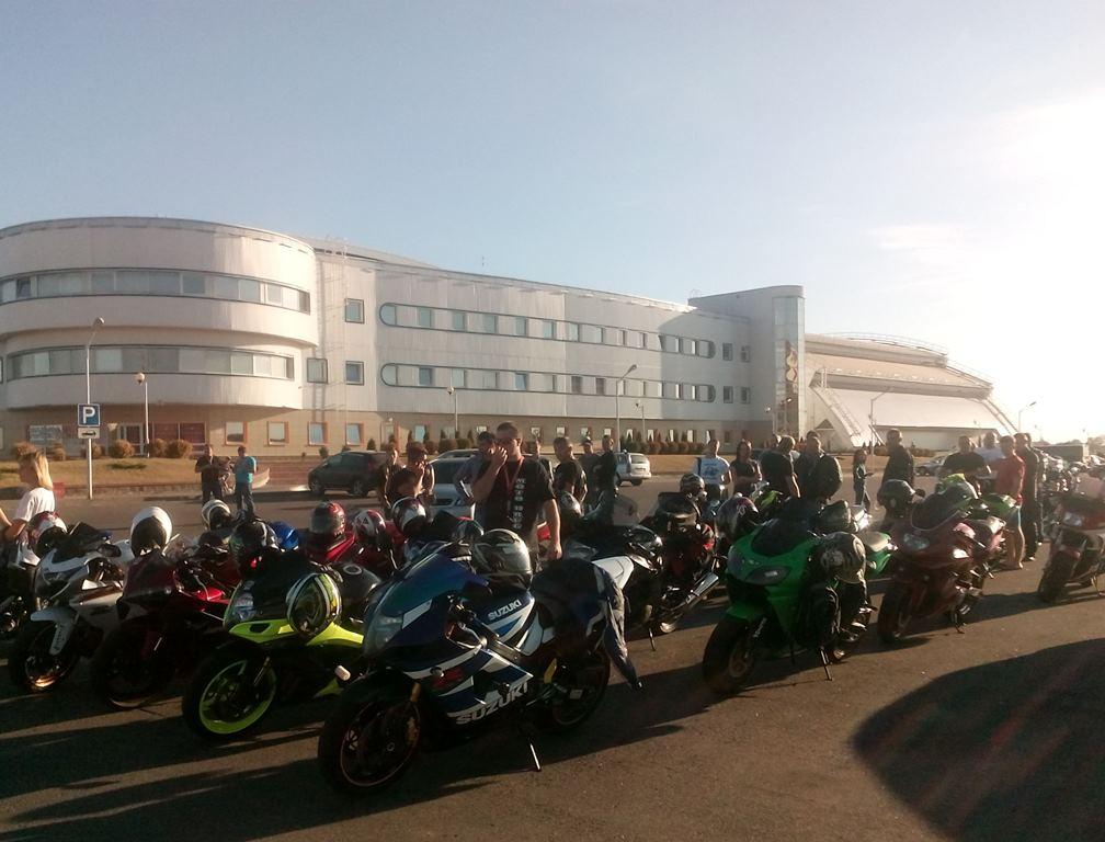 Десятки байкеров собрались почтить память погибших мотоциклистов. Фото: Анна РОМАНОВА-КОЛОСОВСКАЯ