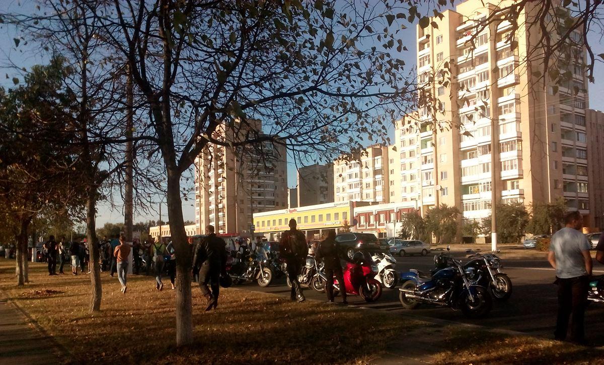 Мотоциклисты приехали на место аварии на проспекте Советском. Фото: Анна РОМАНОВА-КОЛОСОВСКАЯ