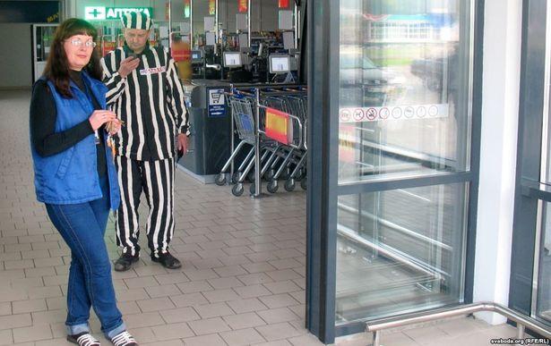 Григорий Грык пришел на работу 24 сентября 2015 года в полосатой робе. Фото: Радыё Свабода