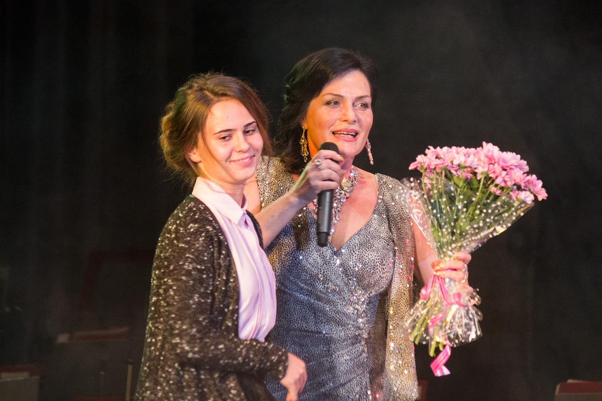 Зрители дарят цветы Елене Легостевой