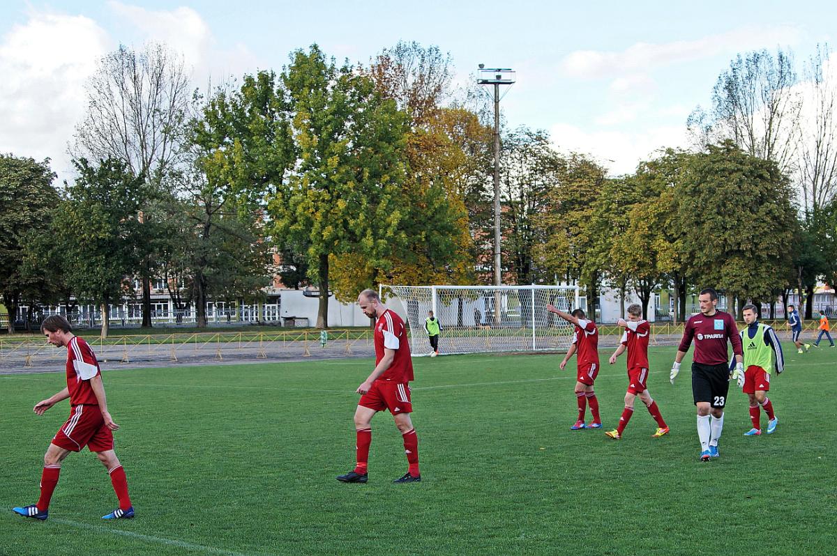 Игроки ФК Барановичи возвращаются в раздевалку после первого тайма