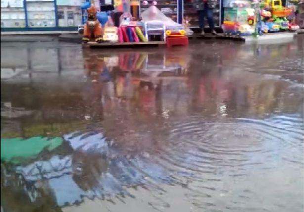 Люк на Кооперативном рынке открыли для слива дождевой воды, сентябрь 2015 года. Фото: Николай ЧЕРНОУС