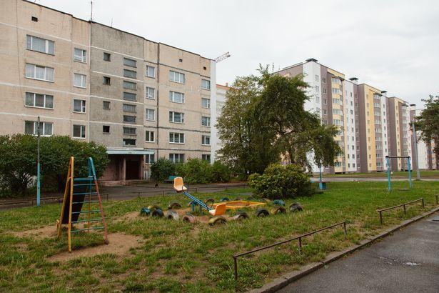 Жильцы считают, что напор холодной воды снизился из-за строительства многоэтажного дома. Фото: Александр КОРОБ.