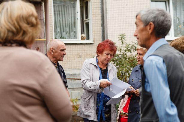 Люди показывают письма, полученные от коммунальных служб и чиновников. Фото: Александр КОРОБ.