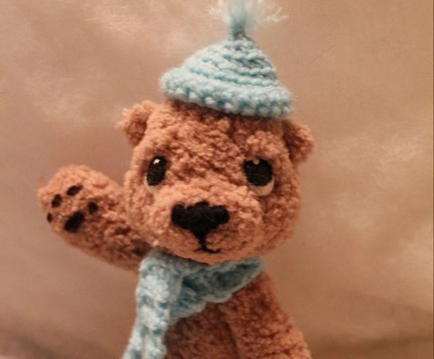 Миниатюрные вязаные вещи для своих игрушек Юля научилась вязать сама. Фото из архива мастера.