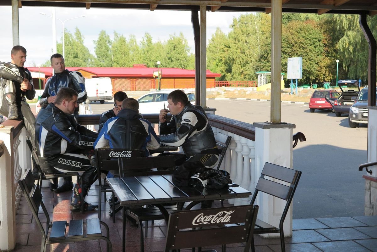 Мотоциклисты планируют «кражу» Хонды. Фото: Анна РОМАНОВА-КОЛОСОВСКАЯ
