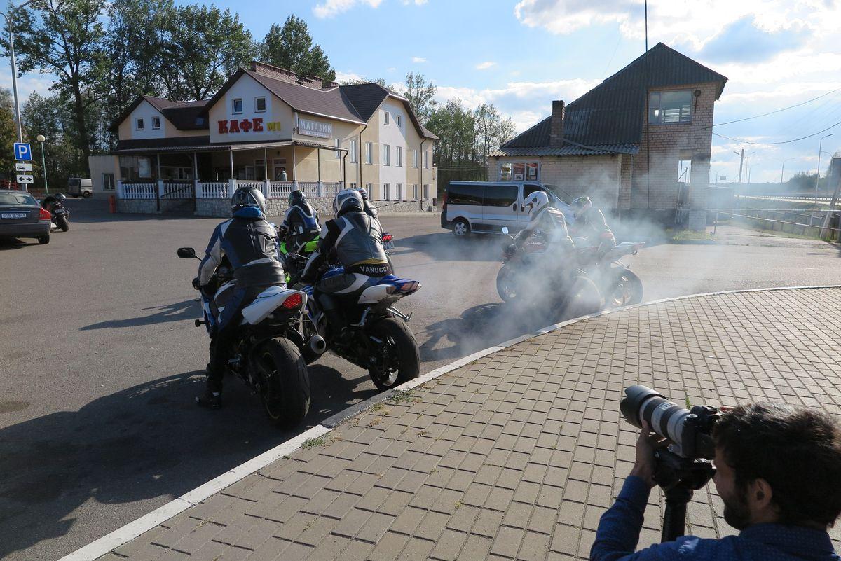 Съемки клипа проходили у кафе М1 возле паровоза. Фото: Анна РОМАНОВА-КОЛОСОВСКАЯ