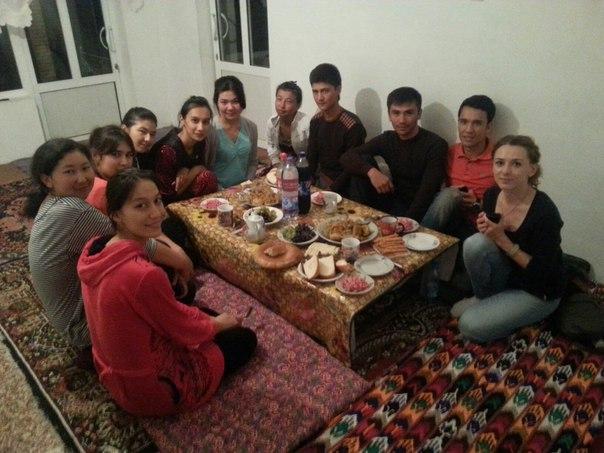 Анна Кель (справа) и узбекские студенты. Фото: архив Анны КЕЛЬ