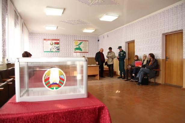 Избирательный участок в г. Барановичи. Фото: Юрий ПИВОВАРЧИК.