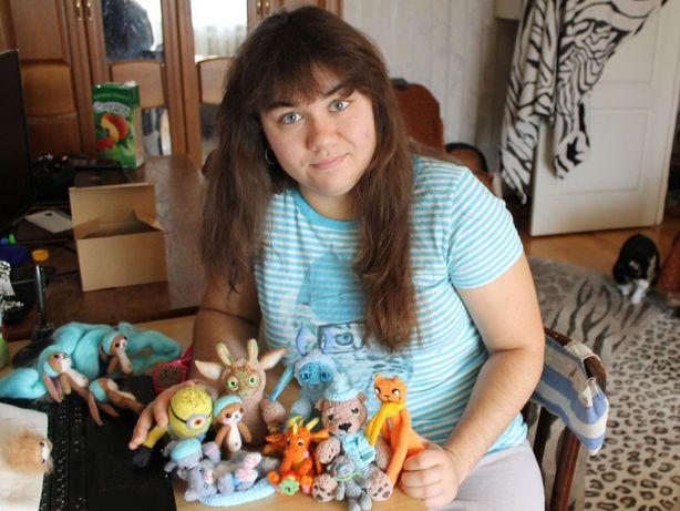 Программист Юля Жак с игрушками. Фото: архив мастера.