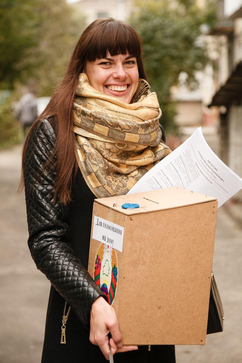 Анастасия Ошуркевич, член избирательной комиссии на участке №42. Фото: Александр КОРОБ