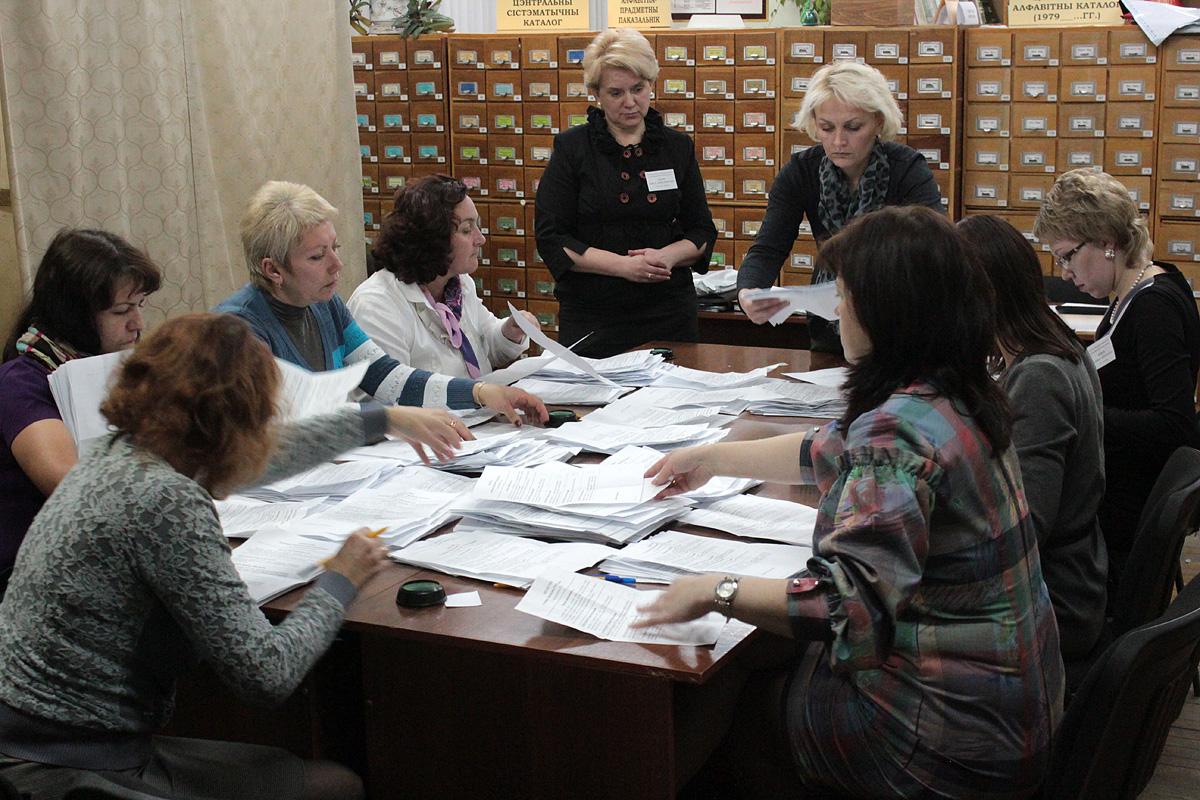 Подсчет голосов на участке №38. Фото: Юрий ПИВОВАРЧИК