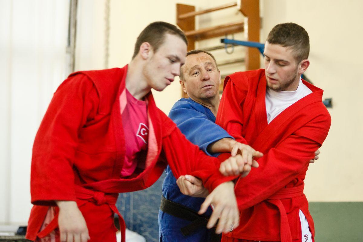 Барановичские самбисты готовятся к новым соревнованиям. Фото: Александр КОРОБ