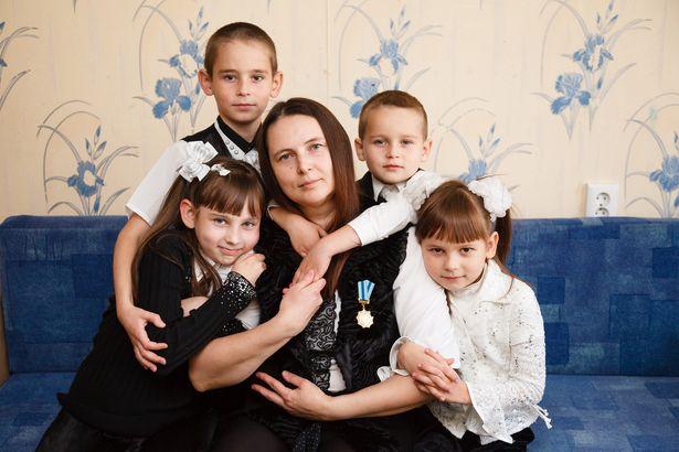 Елена Андреева со своими младшими детьми