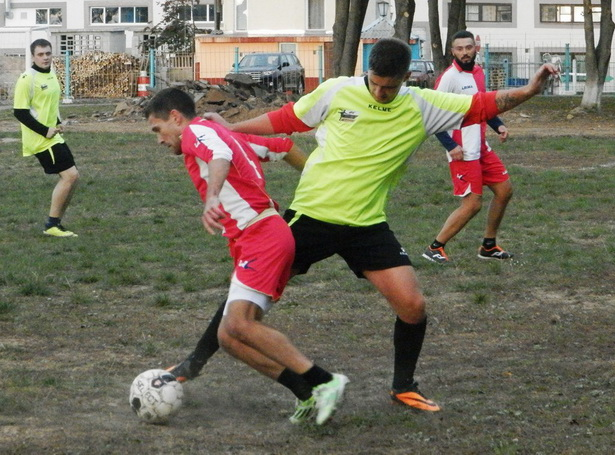 Роман Назаренко (справа) противостоит Юрию Шумскому. Фото: Сергей ЖИВУЛА.