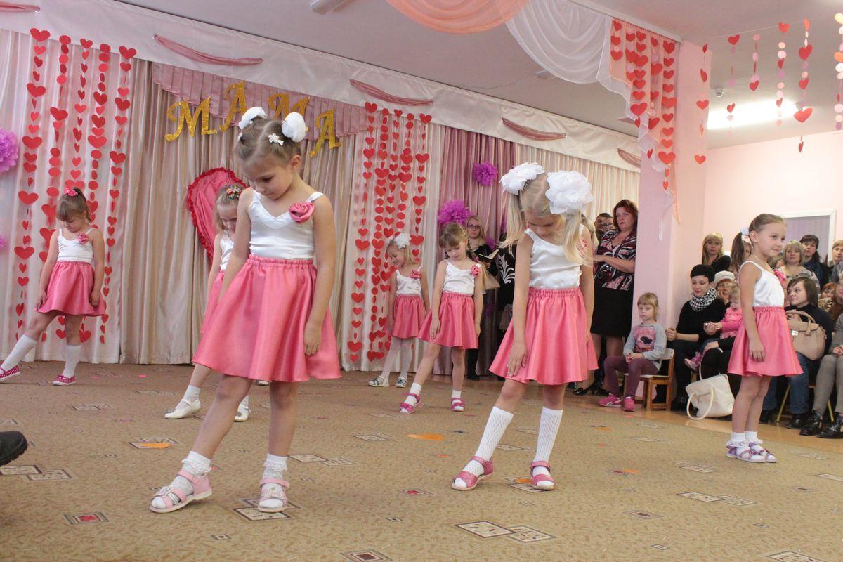 Дети подарили мамам танец. Фото: Юрий ПИВОВАРЧИК