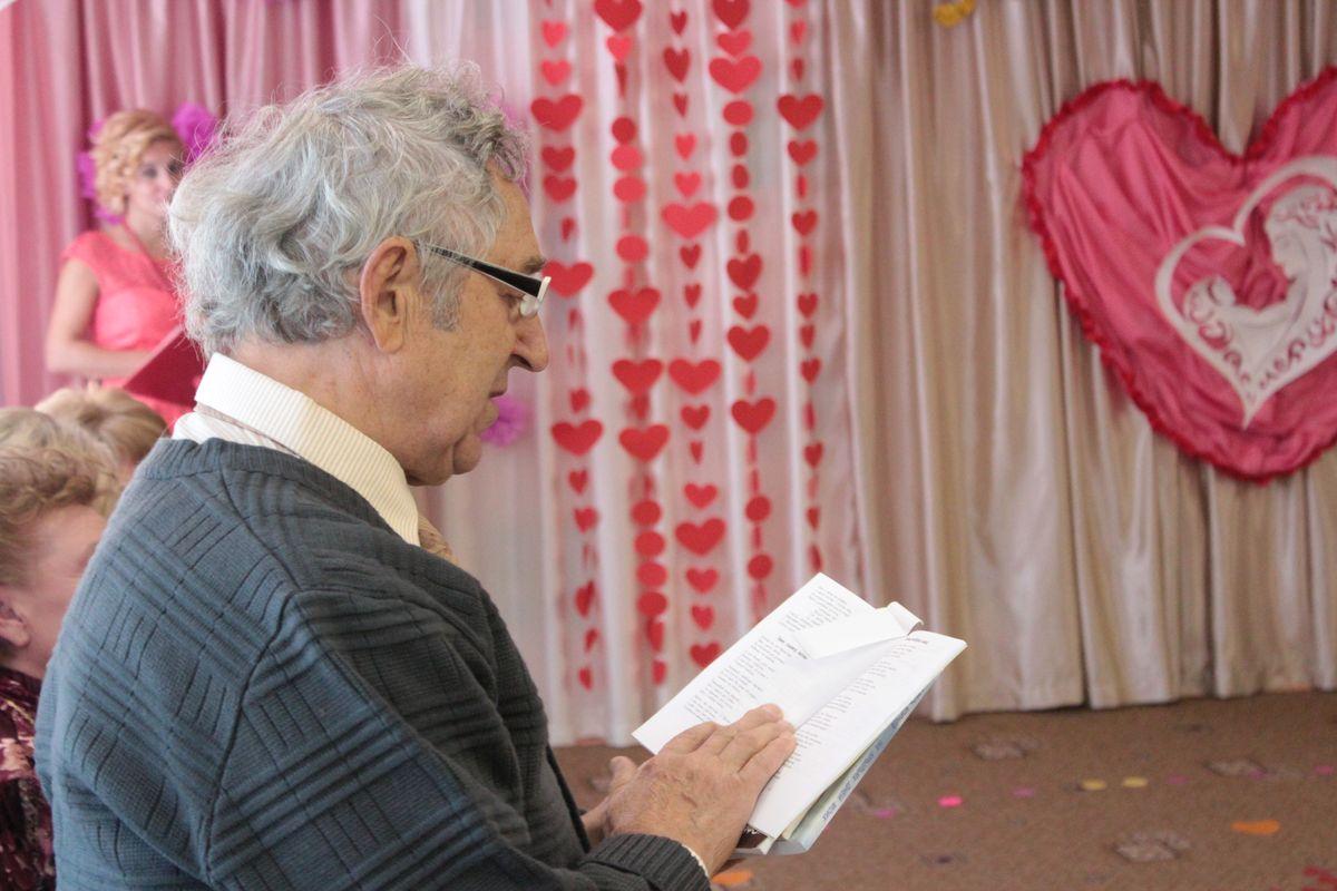 Поэт Алесь Корнев читает стихотворение. Фото: Юрий ПИВОВАРЧИК