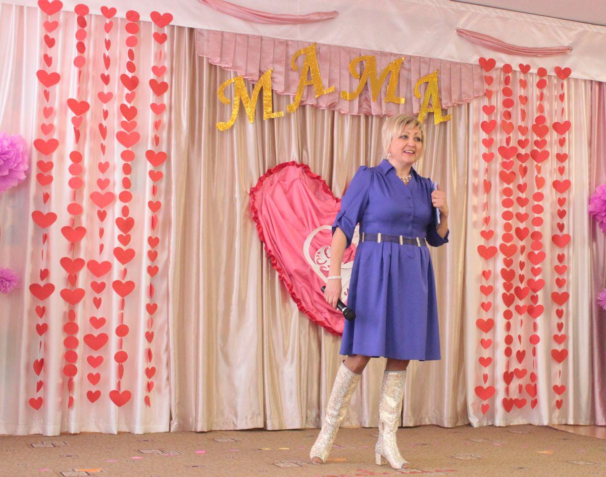 Перед пришедшими на праздник выступила поэтесса Галина Лис. Фото: Юрий ПИВОВАРЧИК