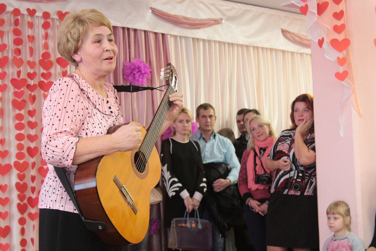 Ирина Зданович прочитала стихотворения под звуки гитары. Фото: Юрий ПИВОВАРЧИК