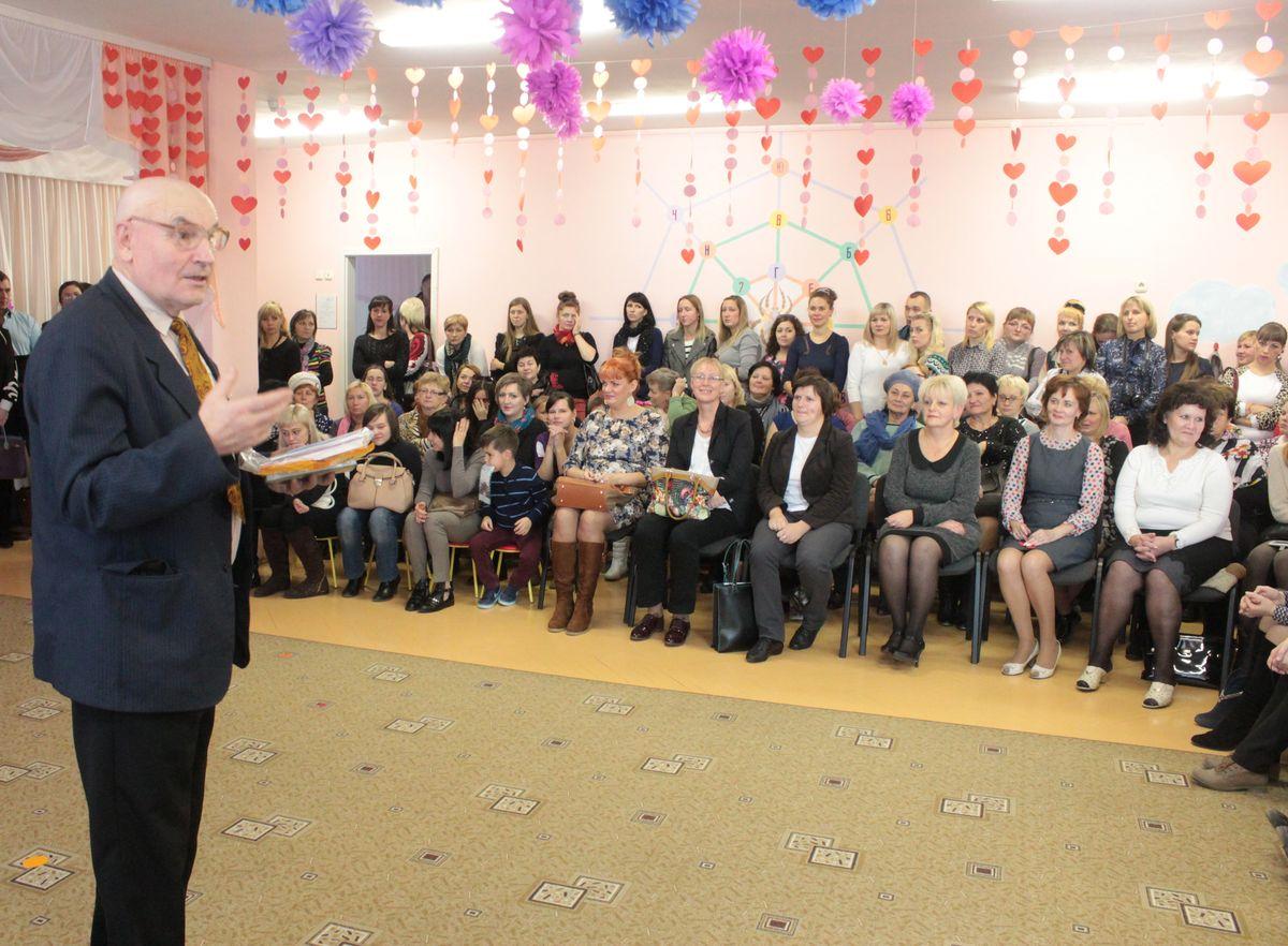 Поэт и писатель Михаил Малиновский провел праздничную викторину. Фото: Юрий ПИВОВАРЧИК