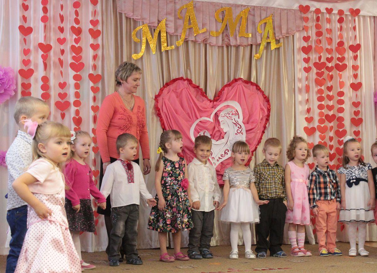Дети пели песни о том, как они любят своих мам. Фото: Юрий ПИВОВАРЧИК