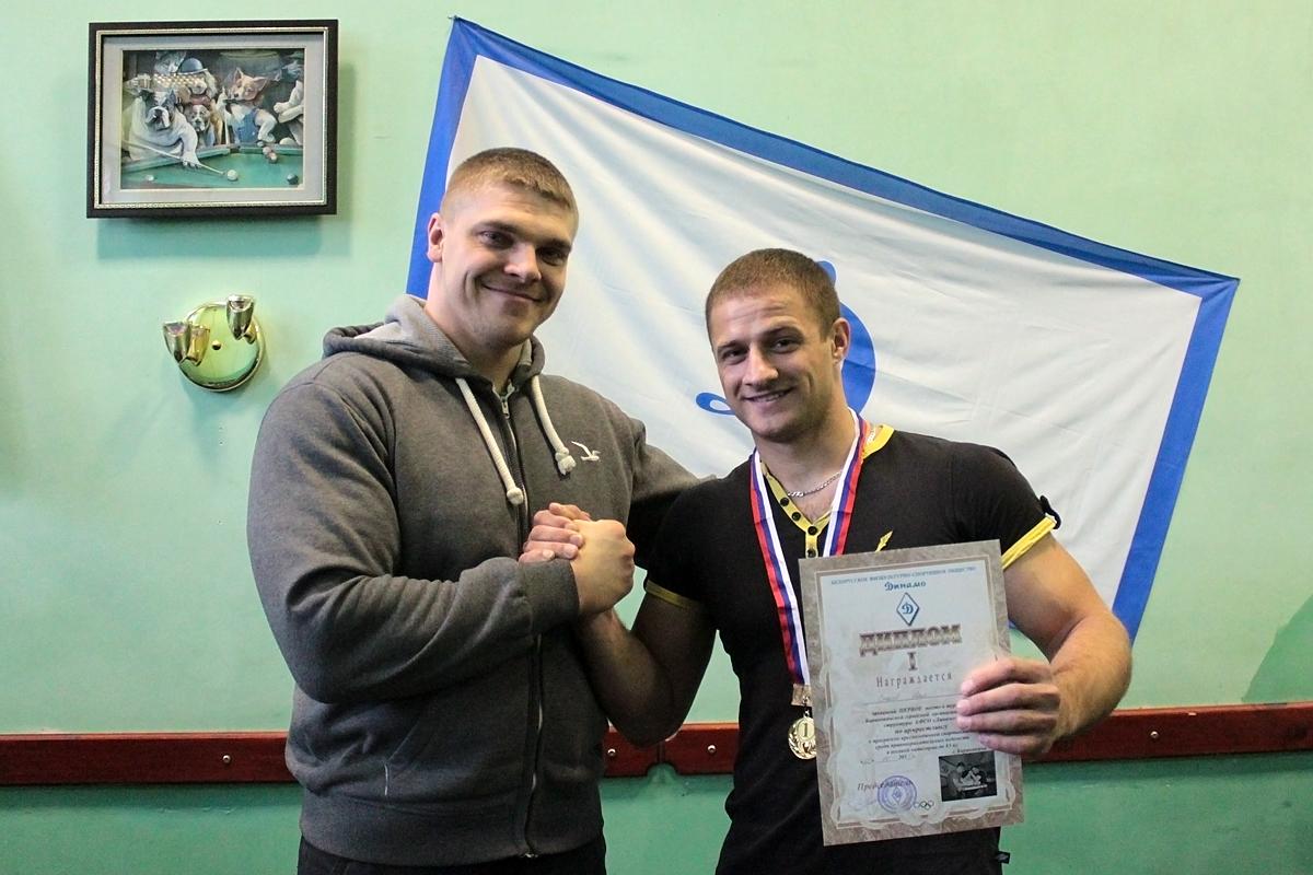 Илья Стасев, занявший первое место в весовой категории до 85 кг, принимает поздравления от судьи турнира Дмитрия Шмыко – чемпиона мира по армрестлингу.