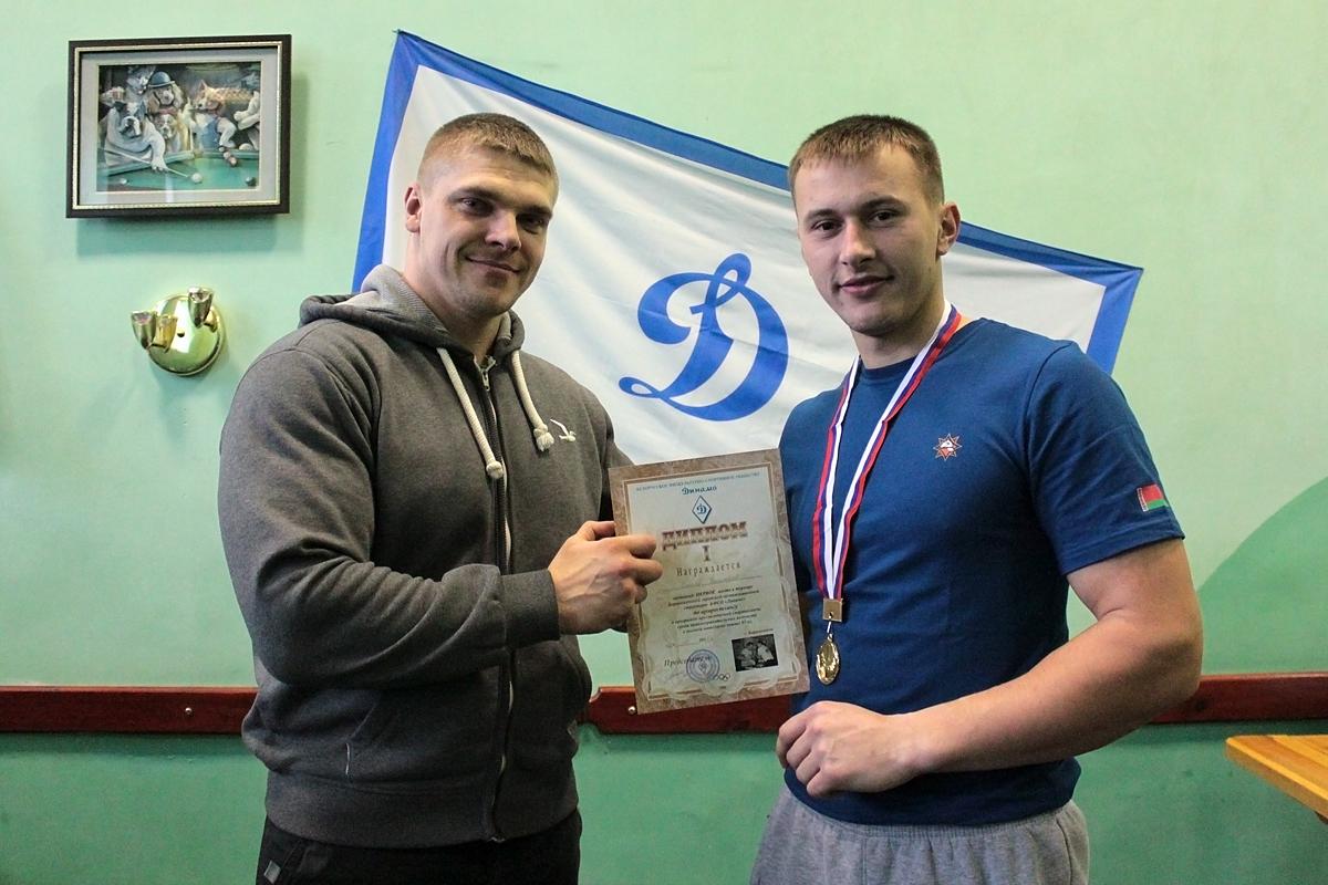 Дмитрий Шмыко награждает Дмитрия Хмелева, занявшего первое место в турнире в весовой категории свыше 85 кг.