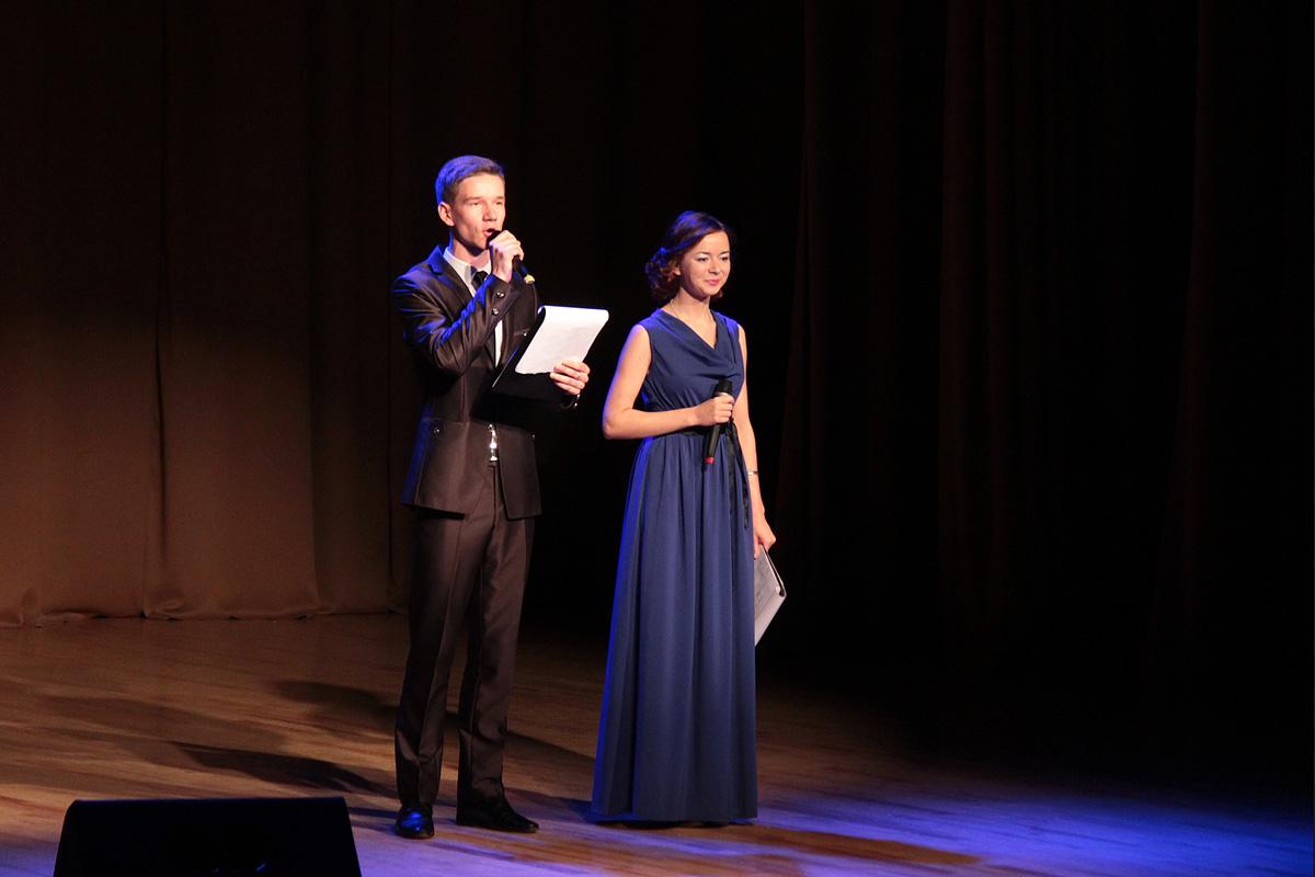 Ведущие гала-концерта – сотрудница БарГУ Алеся Пшевлоцкая и студент Евгений Иванчик.