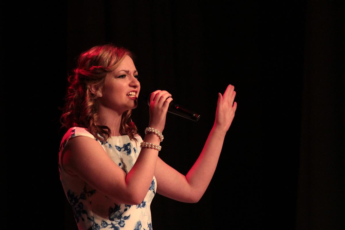 Алина Петрушкевич, студентка факультета экономики и права, исполнила песню Милосердие.