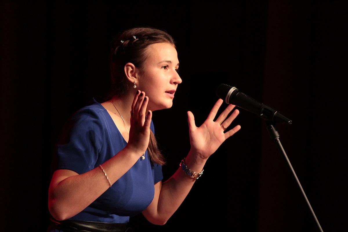Раиса Тереш, студентка инженерного факультета, исполнила балладу О зенитчицах.