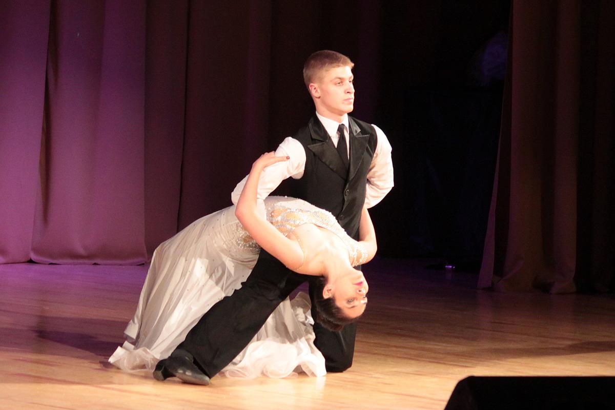 Анна Павловец и Никита Довят, студенты инженерного факультета, исполнили танго.