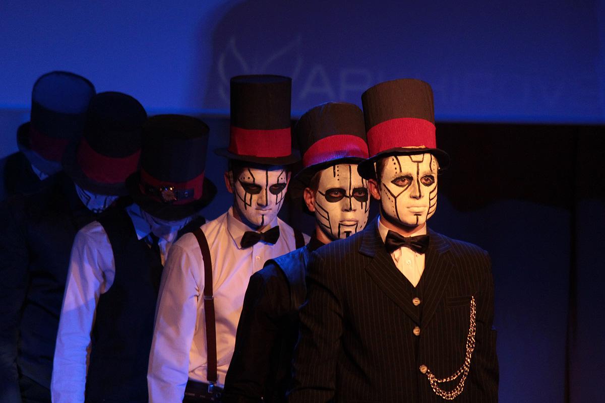 Театр моды инженерного факультета исполнил композицию в стиле стимпанк.
