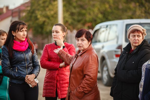 Люди, живущие на ул. Вишневой и прилегающих переулках, возмущены тем, что ходить приходится в полной темноте. Фото: Александр КОРОБ.
