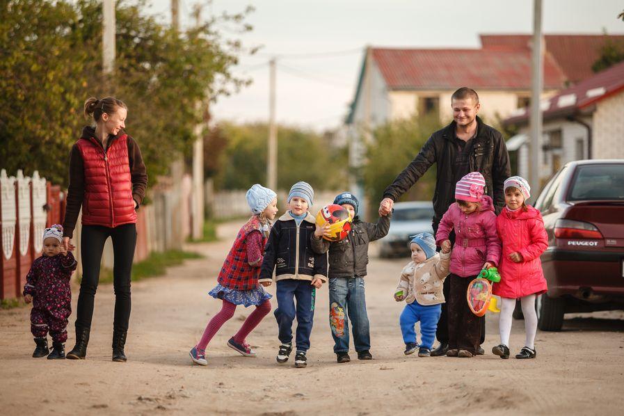В темное время суток детей в частном секторе на улицу одних не пускают. Фото: Александр КОРОБ.