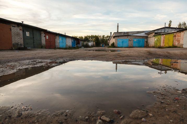 Дороги в частном секторе разбиты: в ямах и выбоинах. Фото: Александр КОРОБ.
