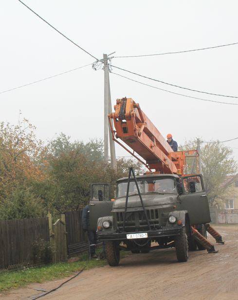 Коммунальщики начали устанавливать наружное освещение. Фото: Татьяна МАЛЕЖ