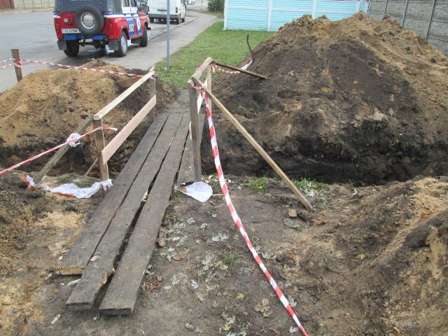 Молодой человек проводил раскопки в траншее по личной инициативе. Фото: Барановичский ГРОЧС