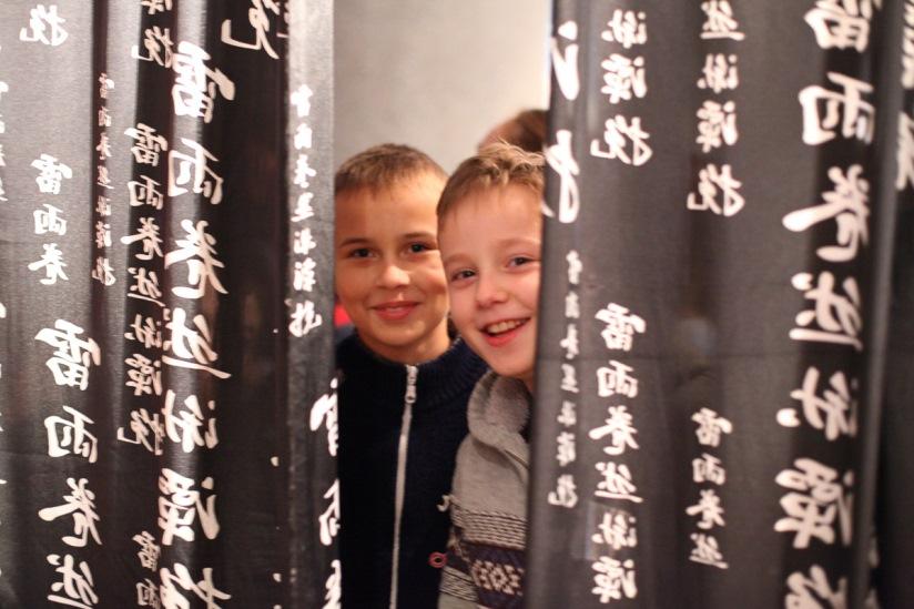 Выставка вызвала большой интерес у школьников. Фото: Александр КОРОБ.