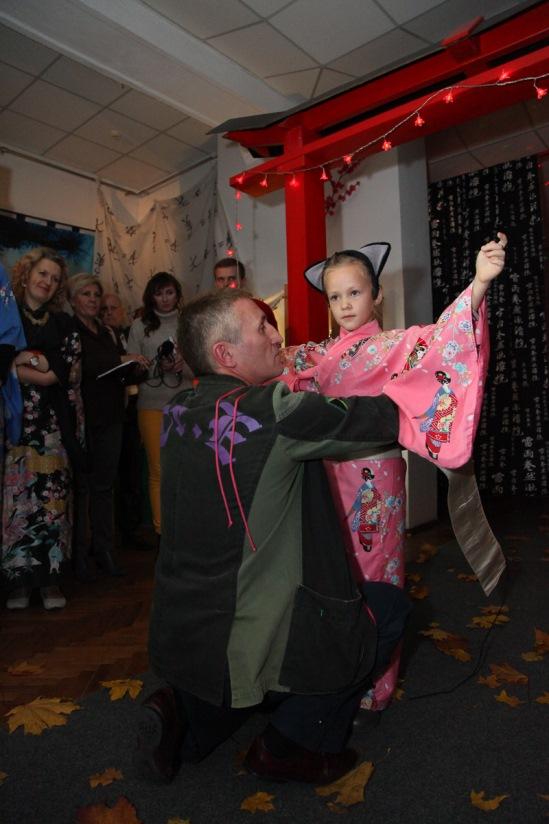 Владислав Асака показывает, как завязывать кимоно. Фото: Александр КОРОБ.