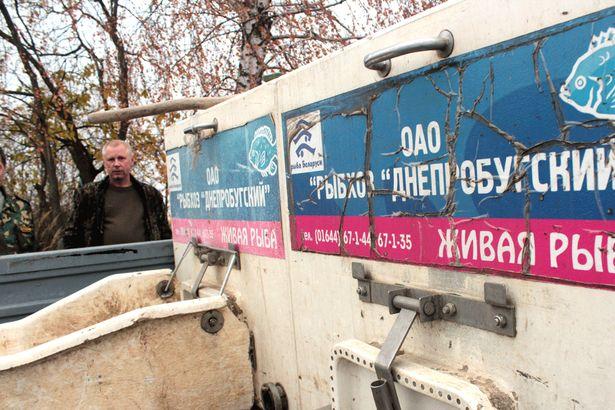 Рыбак Александр пришел на берег Мышанки, чтобы посмотреть на запуск рыбы. Фото: Юрий ПИВОВАРЧИК.