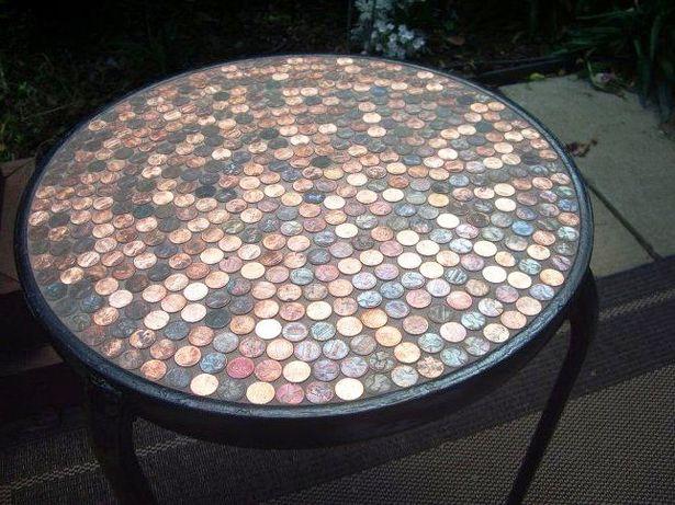 Столик, декорированный монетами. Фото с сайта vvvision.ru