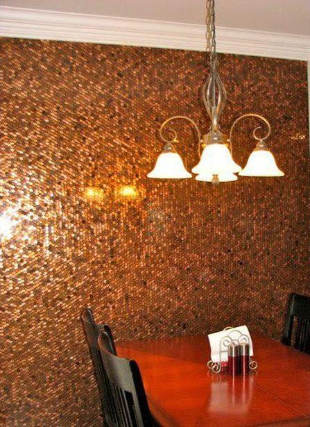 Стена, обкленная монетами. Фото с сайта vvvision.ru