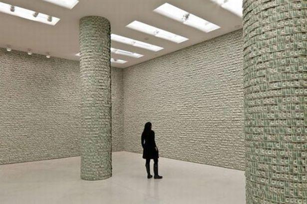 Арт-художник обклеил стены музея деньгами, потратив для этого100 000 долларов. Фото с сайта thegoodlife.ru