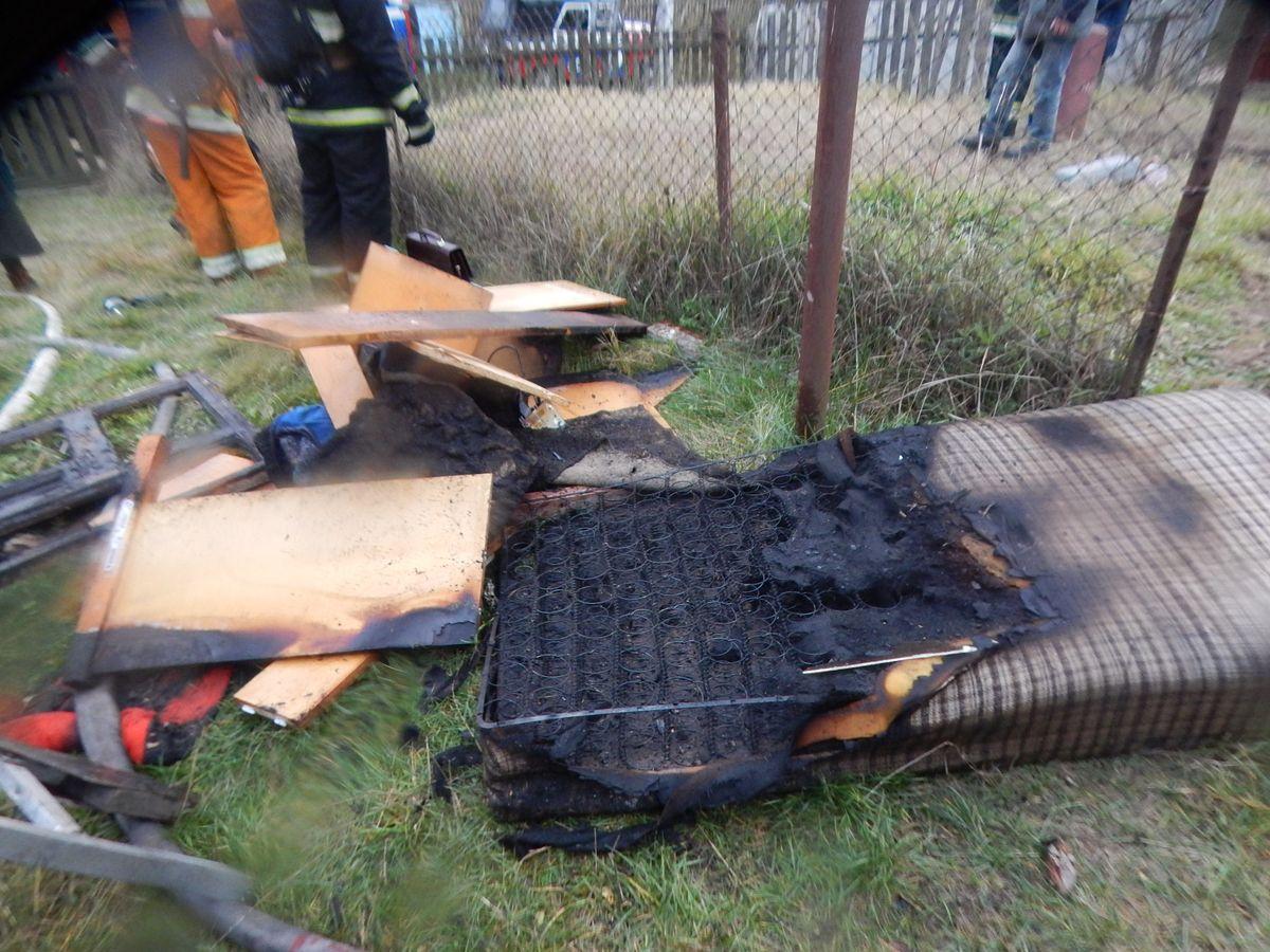 В Барановичах на улице Анисимовичской горел дом. Фото: Барановичский ГРОЧС