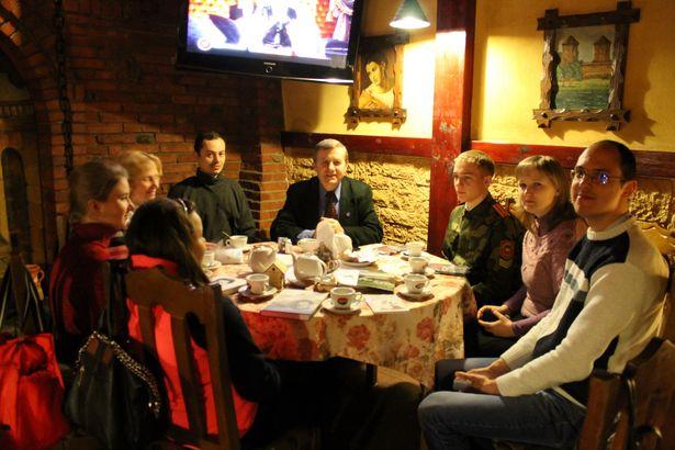 Віктар Сырыца з пераможцамі віктарыны ТБМ да юбілею паэта Валянціна Таўлая, 2014 год.