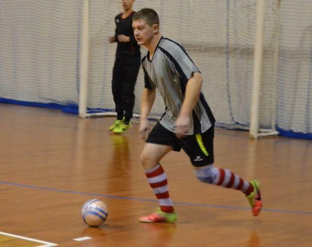 С мячом – лидер команды «Олимп» Александр Бирук. Фото: Сергей ЖИВУЛА