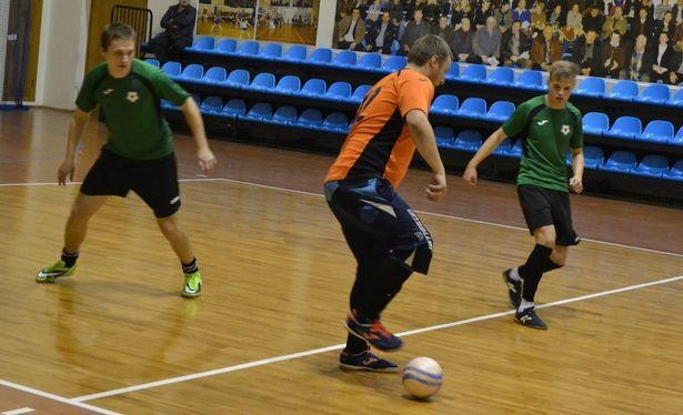 Александр Басенко (СМП-760) с мячом . Фото: Сергей ЖИВУЛА