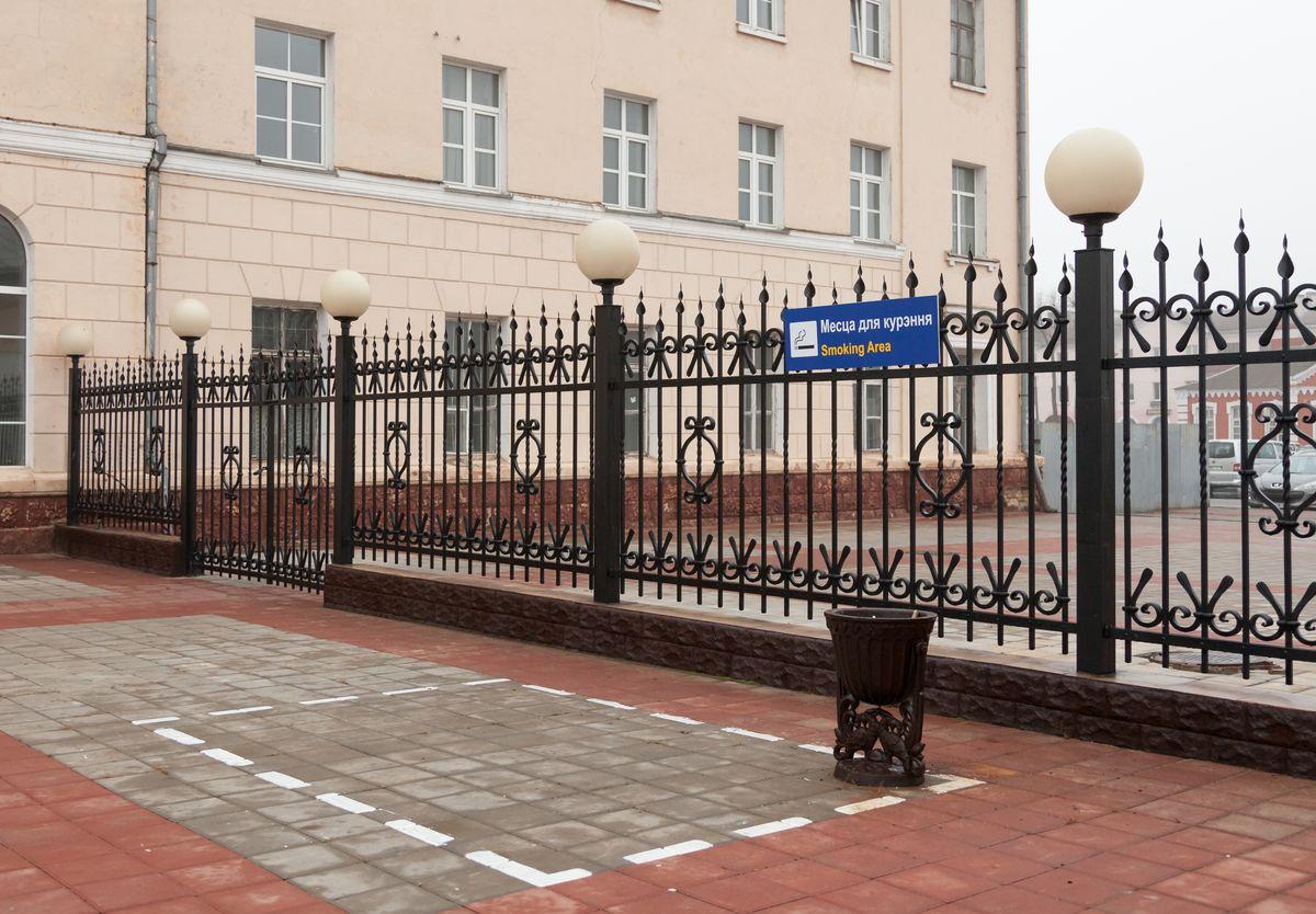Место для курения на перроне возле багажного отделения вокзала Барановичи-Полесские. Фото: Александр КОРОБ