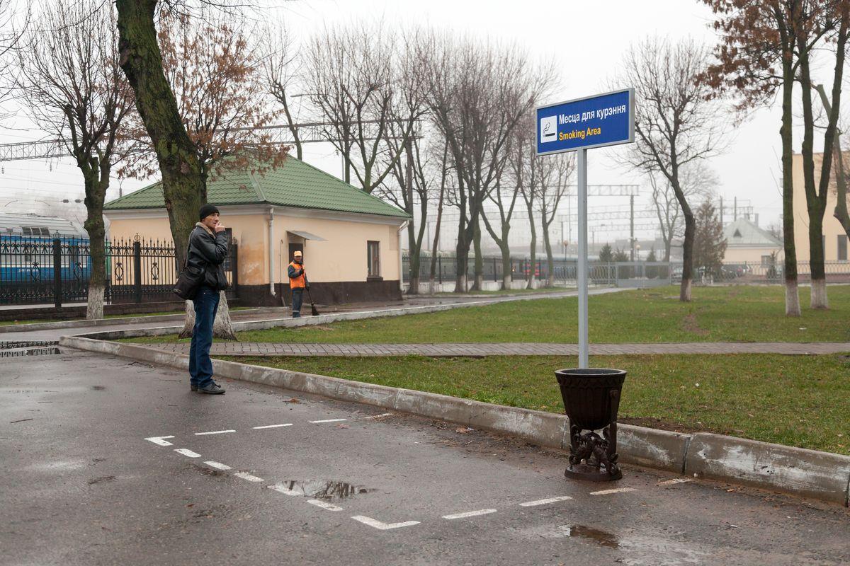 Место для курения в сквере у вокзала. Фото: Александр КОРОБ
