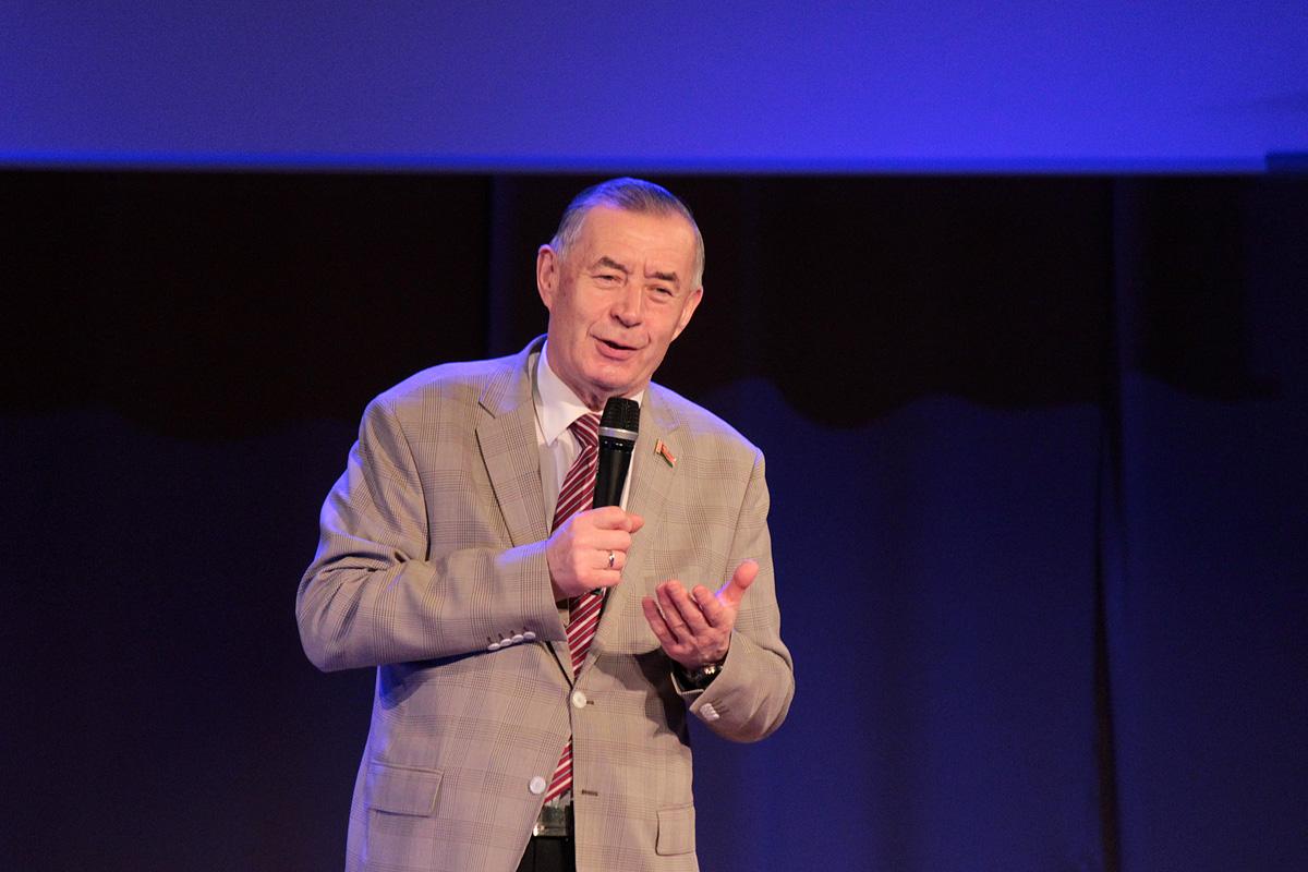 Ректор БарГУ Василий Кочурко приветствует зрителей и участников гала-концерта.